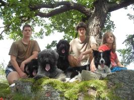 děti se psy (zleva Arda, Artů, Annie, Stázka)